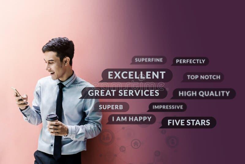 Concetto di esperienza del cliente Uomo d'affari felice facendo uso dello Smart Phone fotografia stock libera da diritti