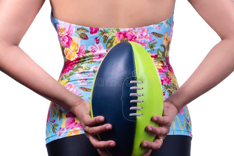 Concetto di estate - donne nel vestito di nuoto e nel calcio di rugby dentro lui immagine stock libera da diritti
