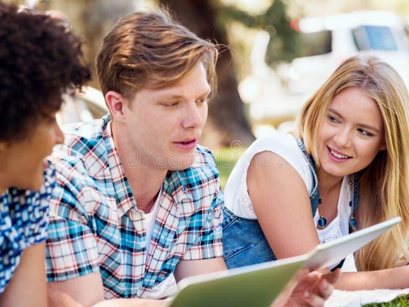 Concetto di estate, di Internet, di istruzione, della città universitaria e dello studente immagine stock