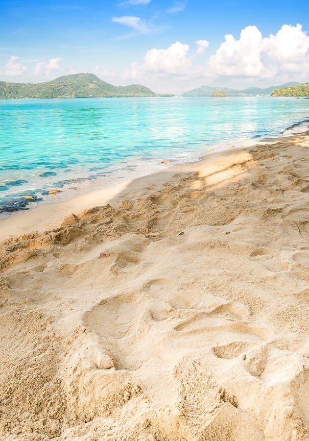 Concetto di estate, sabbia della spiaggia e mare blu in cielo blu fotografia stock