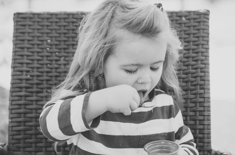 Concetto di felicità dei bambini di infanzia del bambino Alimento, concetto di rinfresco di cibo del dessert fotografia stock