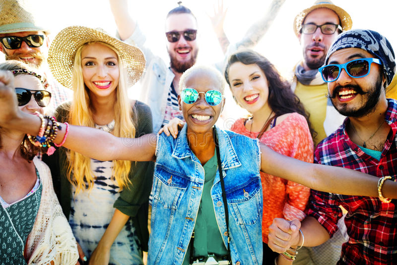 Concetto di felicità del partito della spiaggia degli amici degli adolescenti fotografia stock libera da diritti