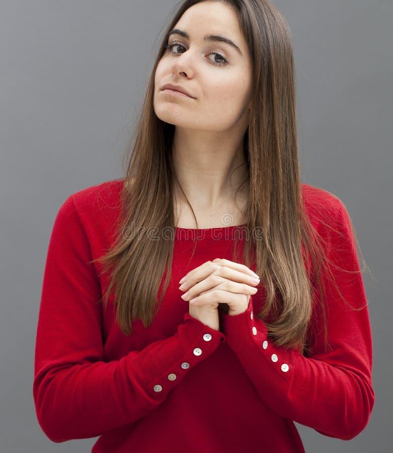 Concetto di felicità e pregare per la ragazza pia 20s fotografia stock
