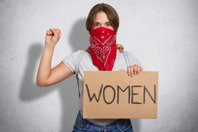 Concetto di femminismo La femminista sicura di sé della giovane donna protegge i diritti delle donne, partecipa alla protesta, ti immagine stock libera da diritti