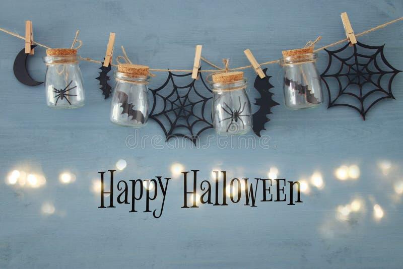 Concetto di festa di Halloween Masson stona con i ragni, i bagni e le decorazioni di legno fotografie stock libere da diritti