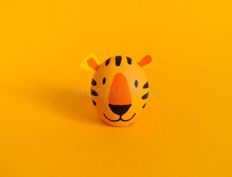 Concetto di festa di Pasqua con le uova fatte a mano sveglie: tigre arancio fotografia stock