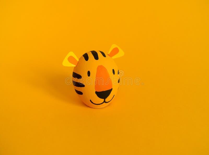 Concetto di festa di Pasqua con le uova fatte a mano sveglie: tigre arancio immagine stock libera da diritti