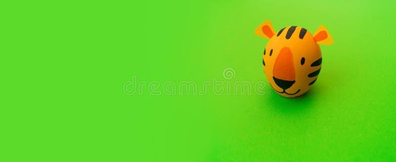 Concetto di festa di Pasqua con le uova fatte a mano sveglie: tigre arancio fotografia stock libera da diritti