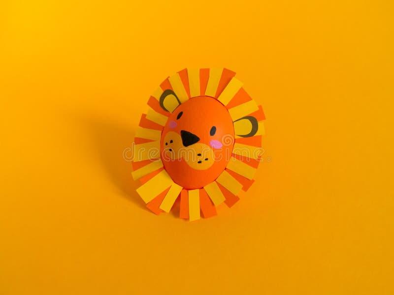 Concetto di festa di Pasqua con le uova fatte a mano sveglie: un leone immagine stock