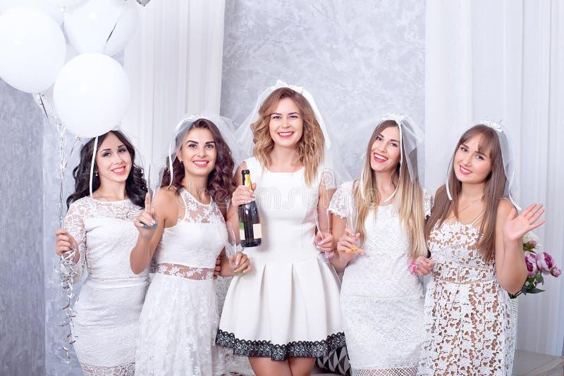 Concetto di feste, di vita notturna, dell'addio al nubilato e della gente - donne sorridenti con i vetri del champagne fotografia stock libera da diritti