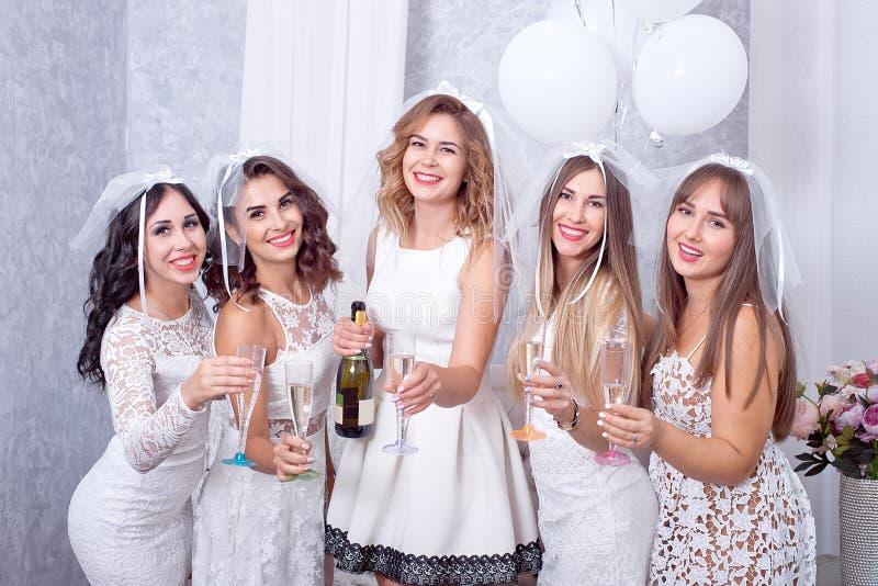 Concetto di feste, di vita notturna, dell'addio al nubilato e della gente - donne sorridenti con i vetri del champagne fotografie stock libere da diritti
