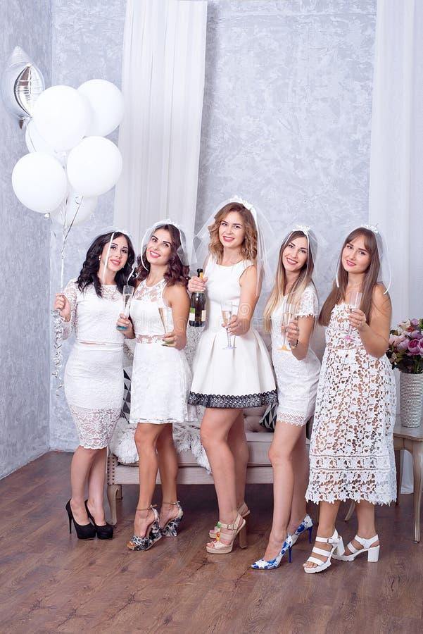 Concetto di feste, di vita notturna, dell'addio al nubilato e della gente - donne sorridenti con i vetri del champagne immagini stock libere da diritti