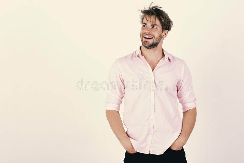 Concetto di fiducia e di modo Tipo con la setola in camicia rosa e capelli sudici fotografie stock
