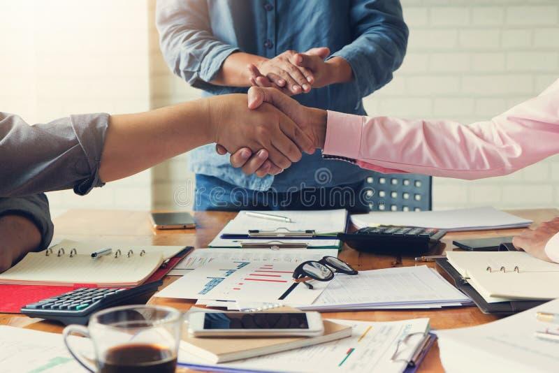 Concetto di finanza e di affari di funzionamento dell'ufficio, Businessmans che stringe le mani nella sala riunioni dopo la riuni fotografie stock libere da diritti