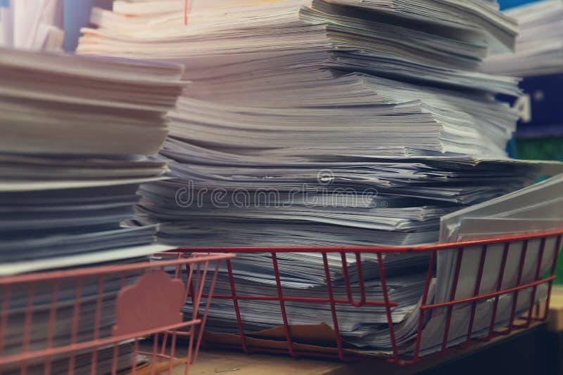Concetto di finanza e di affari di funzionamento dell'ufficio, mucchio dei documenti non finiti sulla scrivania, pila di carte d' immagine stock libera da diritti