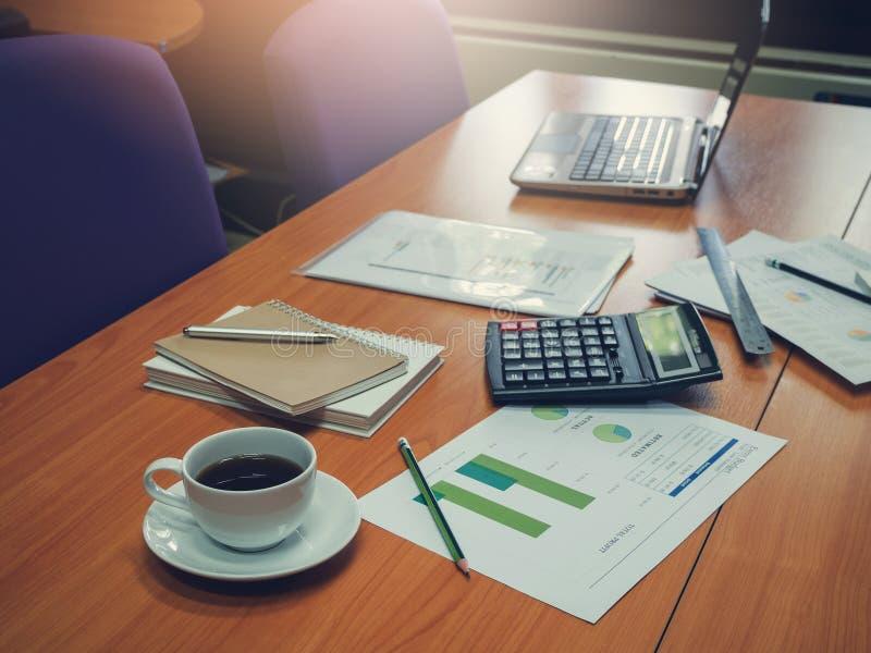 Concetto di finanza e di affari di funzionamento dell'ufficio, scrivania con il computer portatile, taccuino, caffè fotografia stock libera da diritti