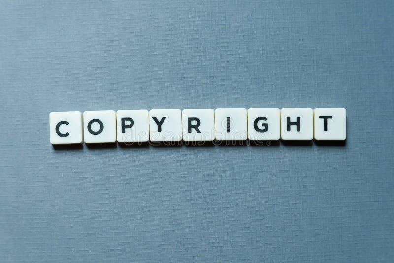 Concetto di finanza e di affari Lettera di Copyright su fondo grigio immagine stock