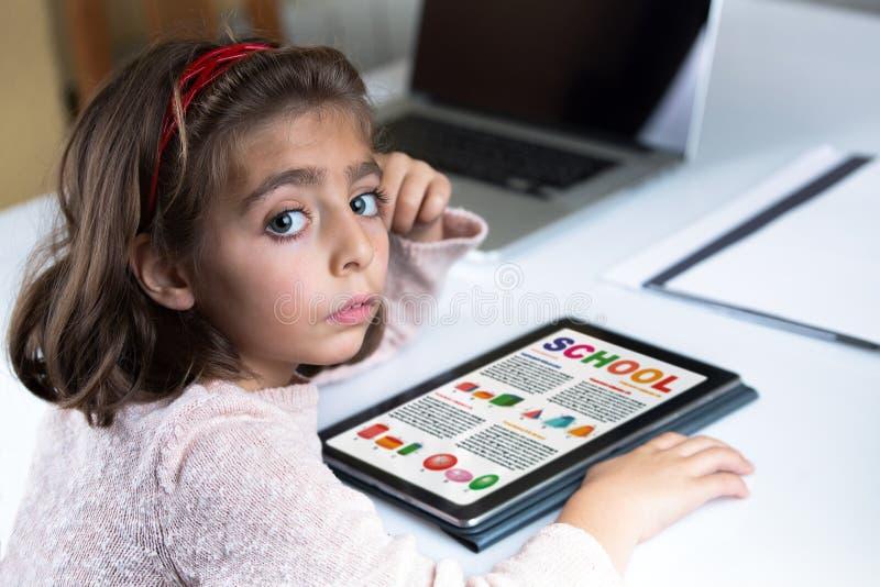 Concetto di formazione Bambina a casa con il lavoro della geometria della scuola immagine stock