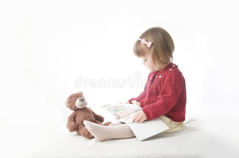 Concetto di formazione gioco della scuola con i giocattoli neonata sorridente felice elegante in vestito bambino caucasico svegli fotografia stock