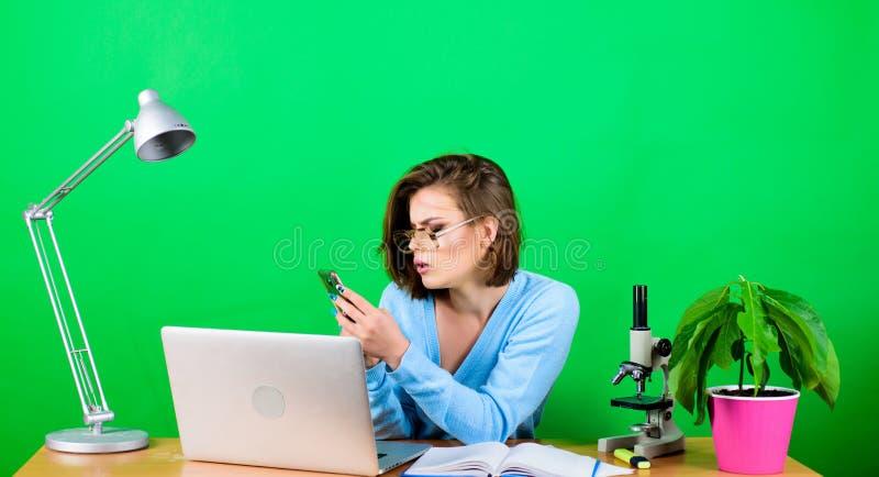 Concetto di formazione Studente Life Istruzione della High School Classi a distanza online Messaggio ricevuto colto Ragazza del n fotografie stock libere da diritti