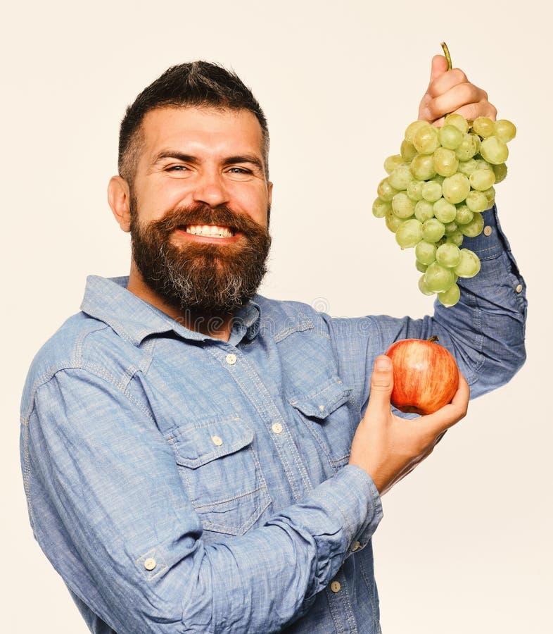 Concetto di frutti di autunno e di vinificazione Viticoltore con il fronte allegro immagine stock libera da diritti