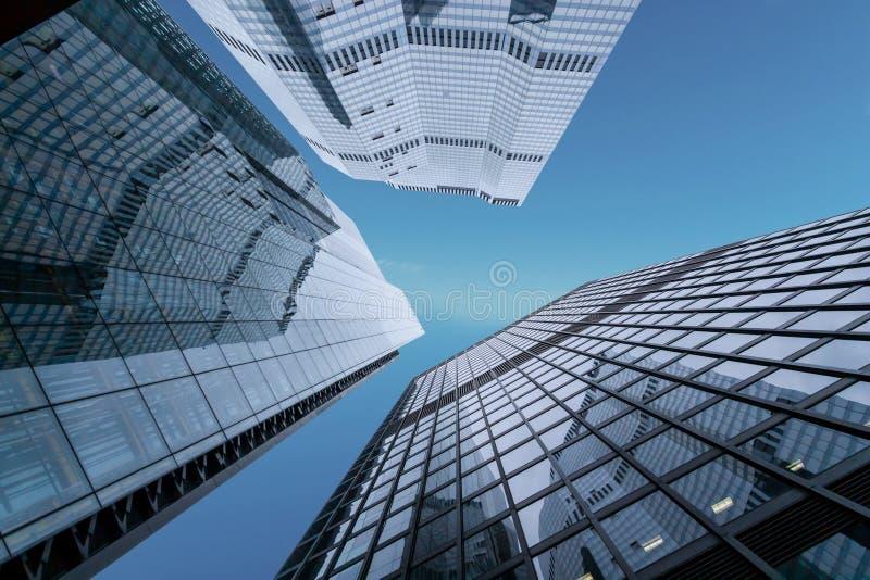 Concetto di futuro finanziario di economia Grattacieli degli uffici di affari sul fondo del cielo blu fotografie stock libere da diritti
