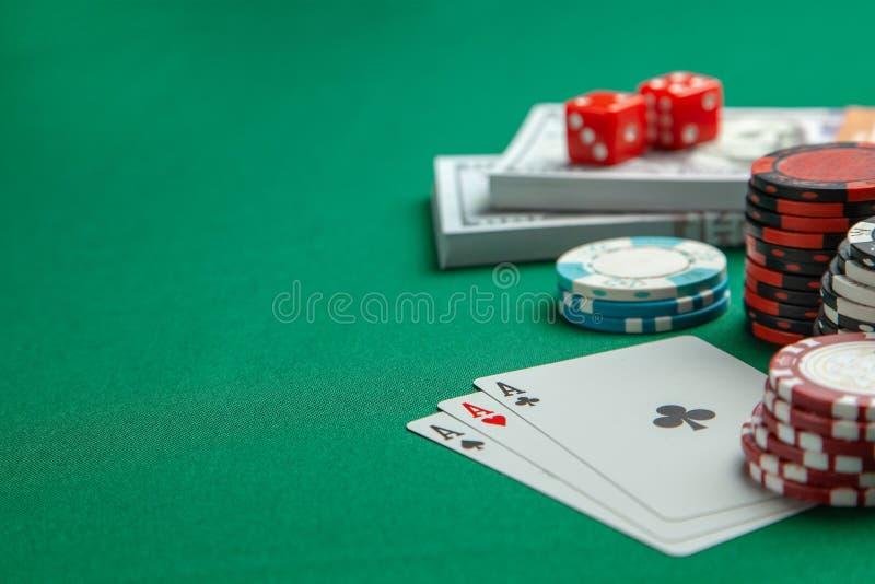 Concetto di gioco nel casinò, mazza di sport Carte da gioco con i dadi e chip colorati con i dollari del denaro contante sulla ta fotografie stock libere da diritti