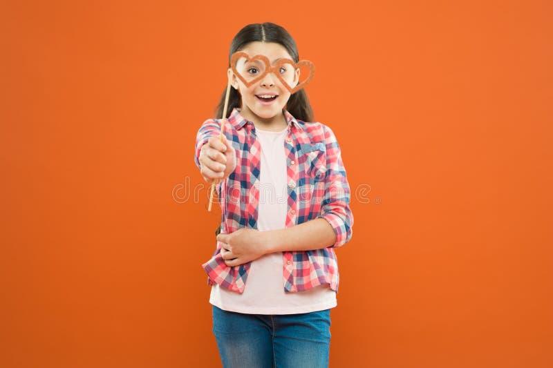 Concetto di gioia e di felicit? Vacanze estive Divertimento ed umore Divertiresi del bambino della ragazza Il giorno dei bambini  fotografie stock