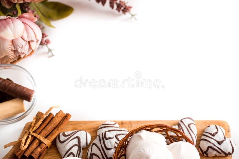 Concetto di giorno di biglietti di S. Valentino: I biscotti nella forma del cuore simbolizzano l'amore decorati con vetro di tè U fotografie stock