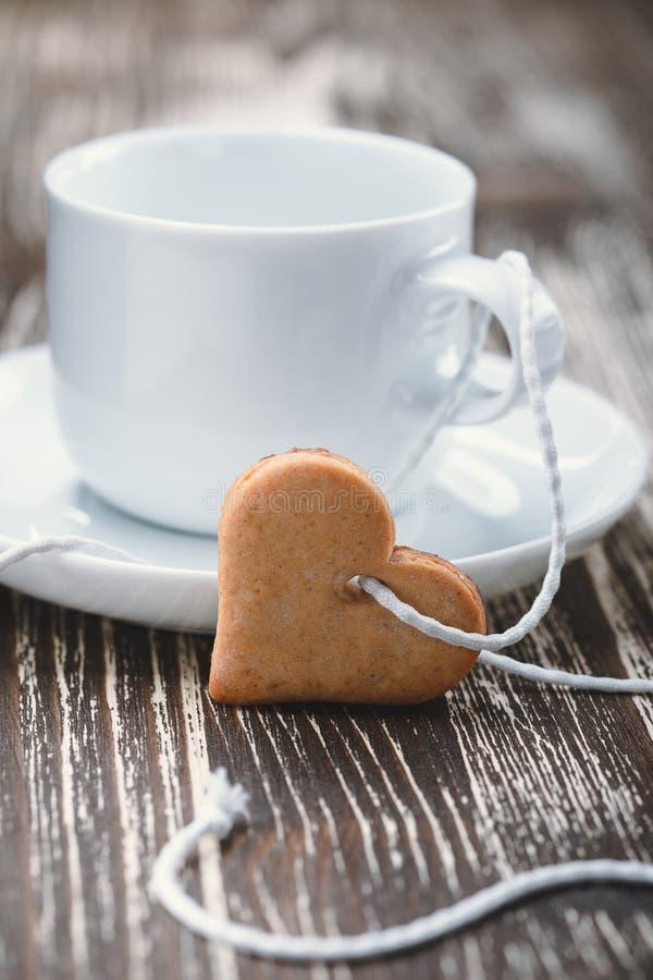 Concetto di giorno del biglietto di S Biscotti in forma di cuore e tazze fotografia stock