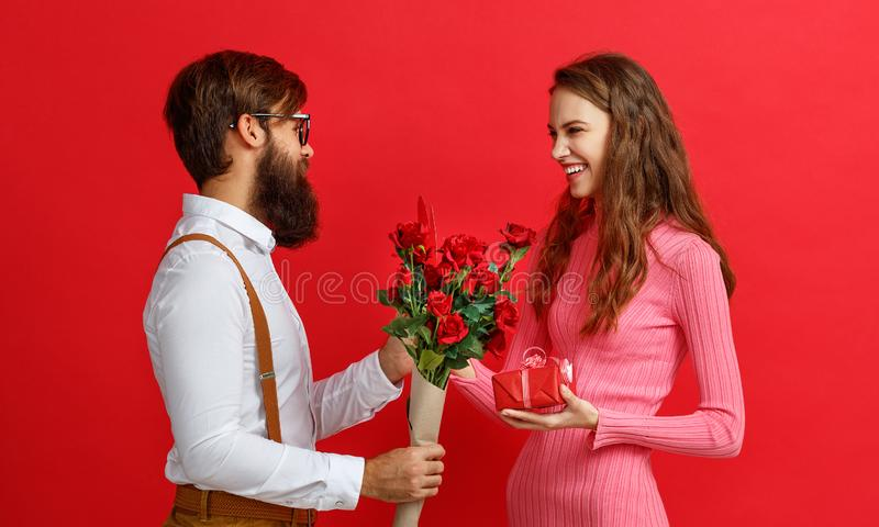 Concetto di giorno del ` s del biglietto di S giovani coppie felici con cuore, fiori fotografie stock