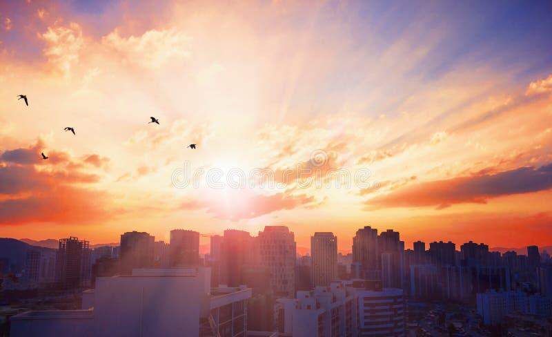 Concetto di giorno della città del mondo: Città turistica al fondo di tramonto immagine stock