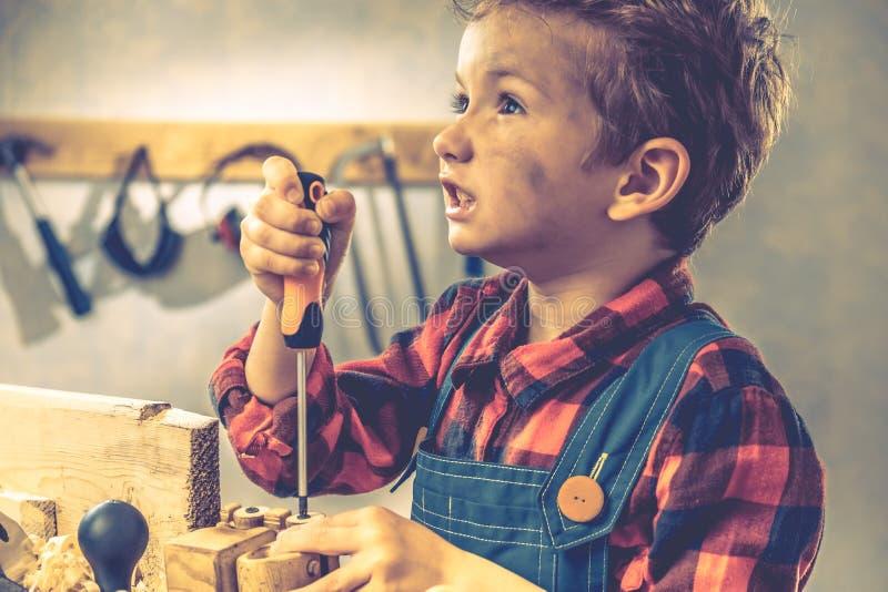 Concetto di giorno di padri del bambino, strumento del carpentiere, giovane della persona immagine stock libera da diritti