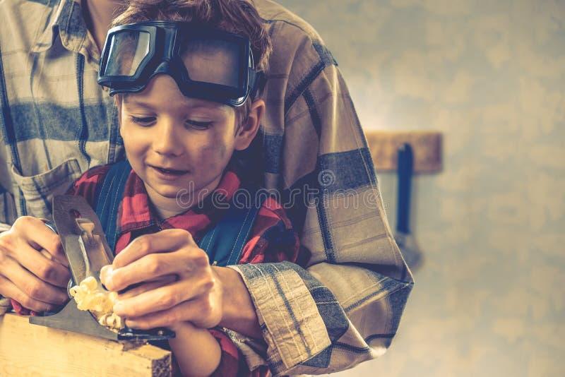 Concetto di giorno di padri del bambino, strumento del carpentiere, giovane del bambino immagine stock