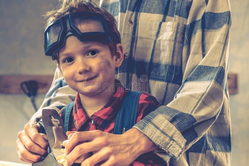 Concetto di giorno di padri del bambino, strumento del carpentiere, persona del bambino fotografie stock libere da diritti