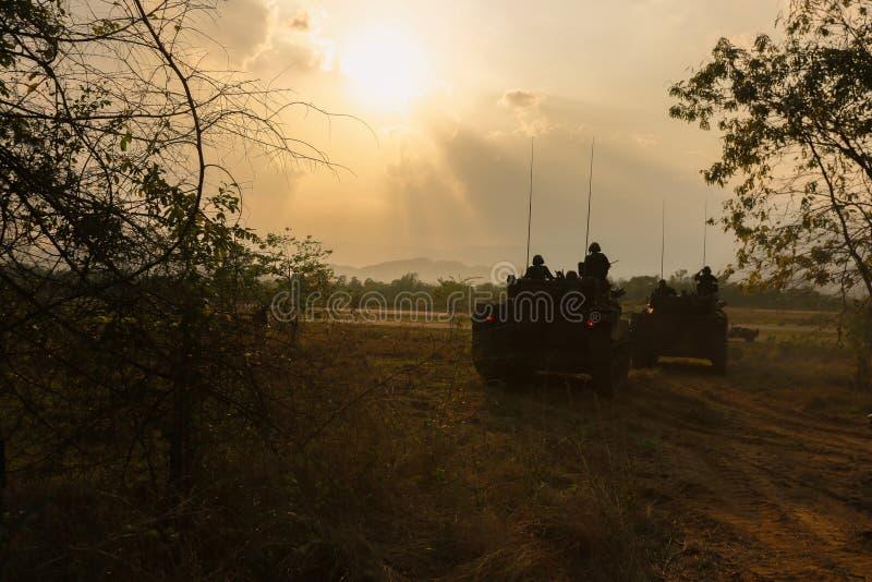 Concetto di guerra Siluette militari che combattono scena sul fondo del cielo della nebbia di guerra, fotografia stock libera da diritti