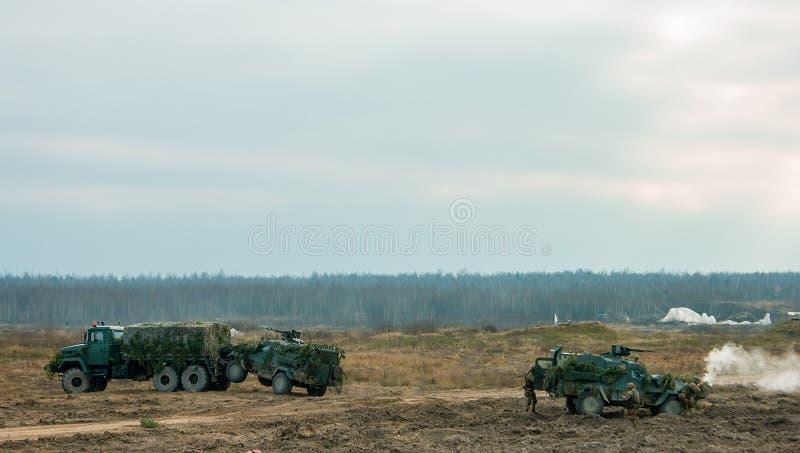 Concetto di guerra Siluette militari che combattono scena sul fondo fumoso del cielo fotografia stock