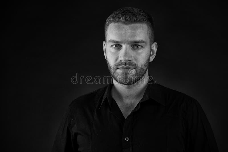 Concetto di Haircare Uomo con i capelli di scarsità, haircare Haircare e trattamento Salone che conosce il haircare, in bianco e  fotografia stock libera da diritti