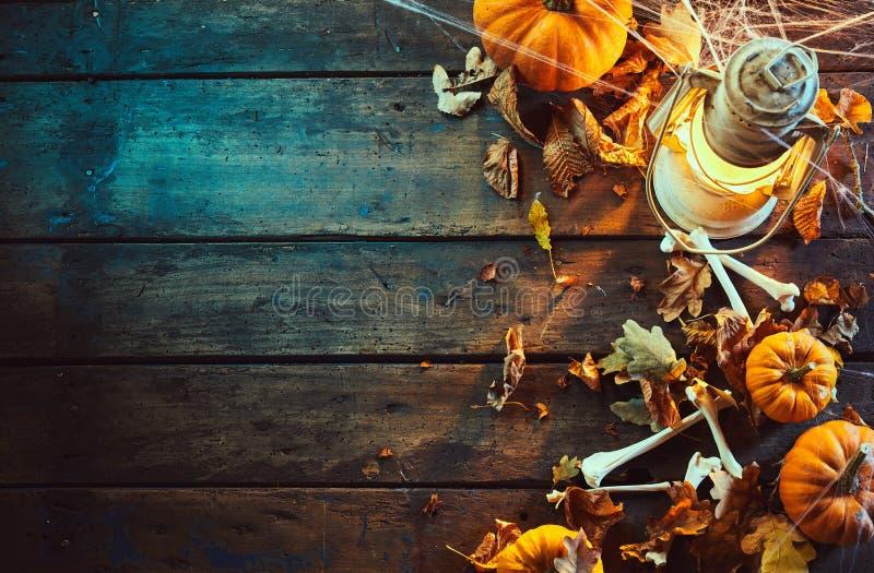 Concetto di Halloween delle zucche con le ossa e la lampada immagini stock