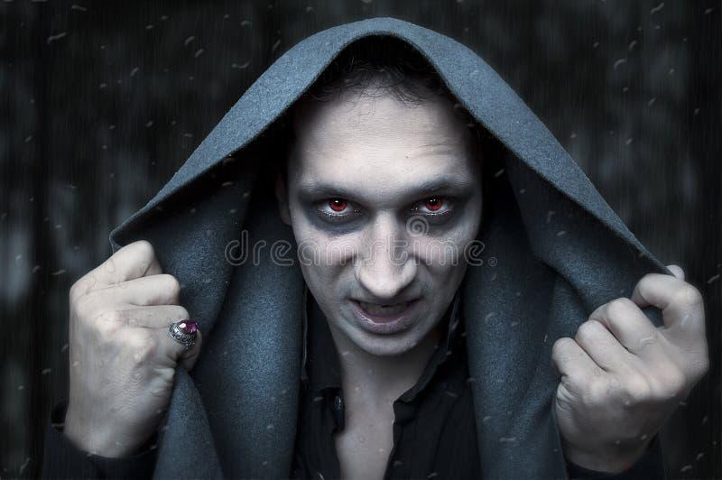 Concetto di Halloween. stregone diabolico fotografia stock libera da diritti