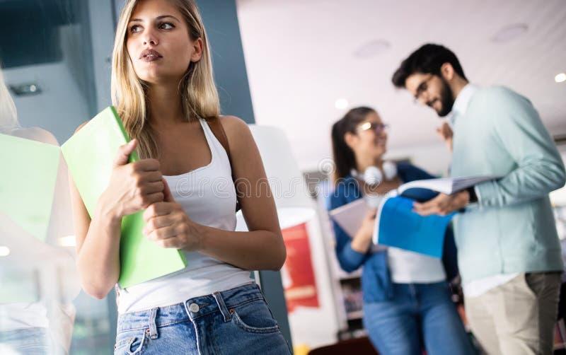 Concetto di idee di lavoro di squadra di felicit? degli amici degli studenti di diversit? fotografie stock