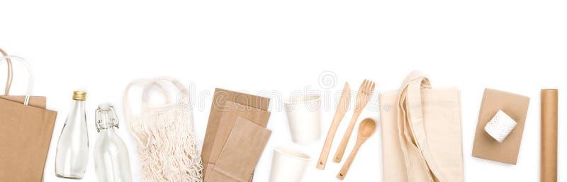 Concetto di imballaggio ecologico con oggetti di cartone e materiali riutilizzabili immagini stock libere da diritti