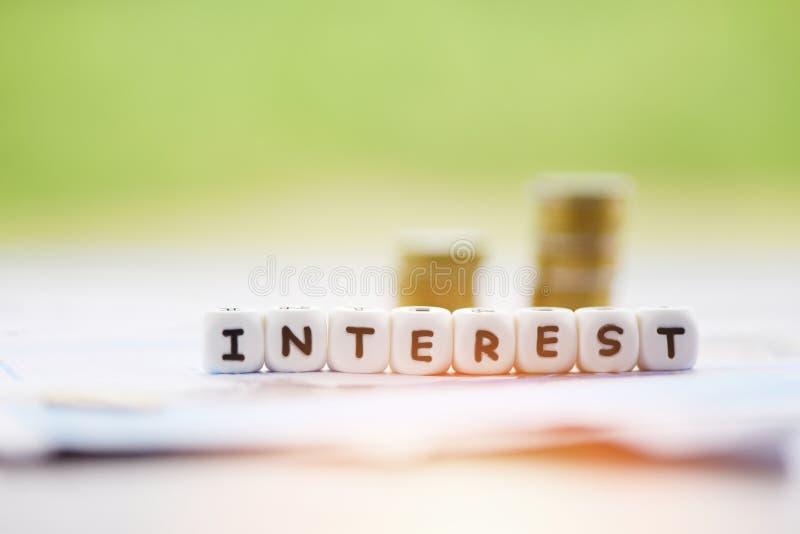 Concetto di imposte e di profitti di tasso di interesse con le monete impilate fotografie stock libere da diritti