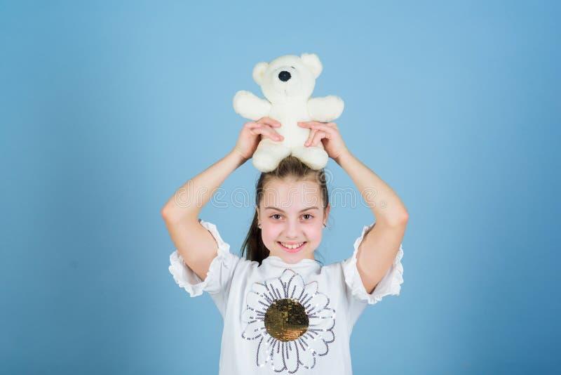 Concetto di infanzia Fronte felice sorridente della piccola ragazza adorabile con il giocattolo favorito Migliori amici Amico imm immagini stock libere da diritti
