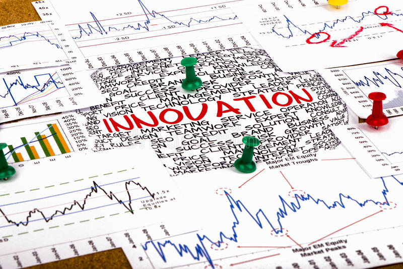 Concetto di Innocation con i grafici ed i grafici finanziari immagini stock