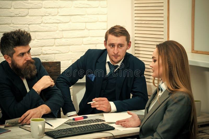 Concetto di investimento aziendale Soci commerciali, uomini d'affari alla riunione, fondo dell'ufficio Negoziati di affari, capi fotografie stock