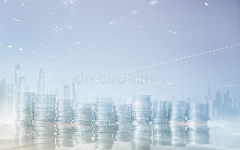 Concetto di investimento finanziario Monete sul fondo della città Immagine universale senza grafici fotografia stock libera da diritti