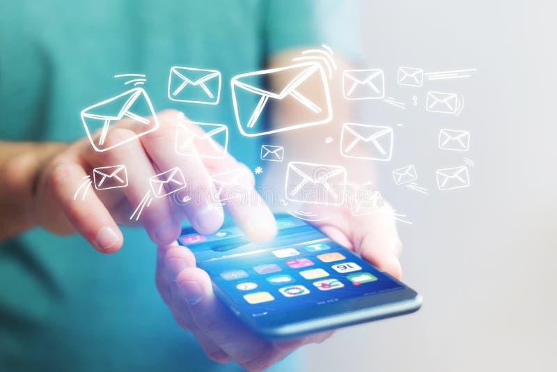 Concetto di invio del email con un'interfaccia dello smartphone di tecnologia immagine stock