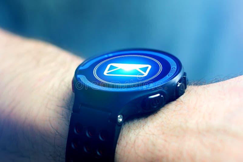 Concetto di invio del email sull'interfaccia dello smartwatch con il messaggio CI fotografia stock