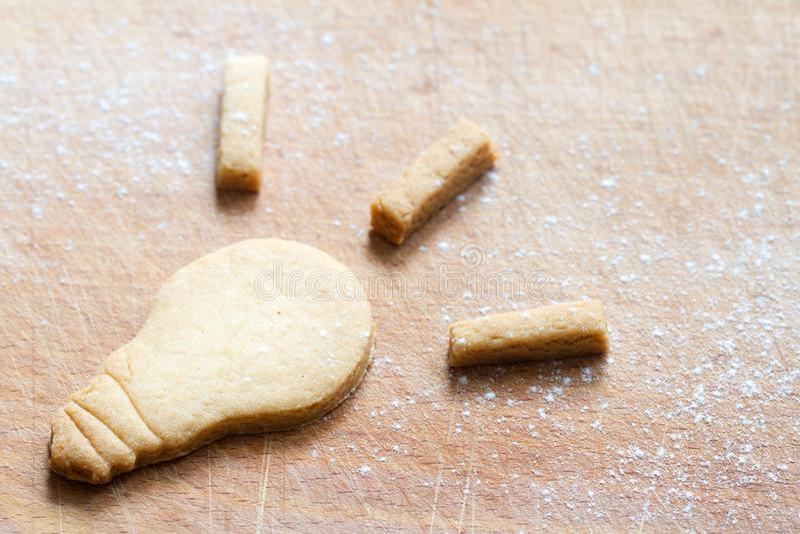 Concetto di ispirazione dell'alimento con la lampadina del biscotto fotografie stock